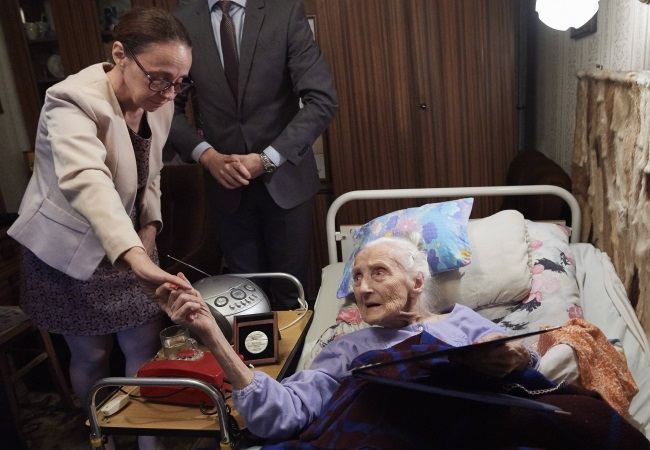 Ninety-nine-year-old Aleksandra Cybulska (right) congratulated by the Israeli embassy's Ruth Cohen-Dar. Photo: PAP/Adam Warżawa