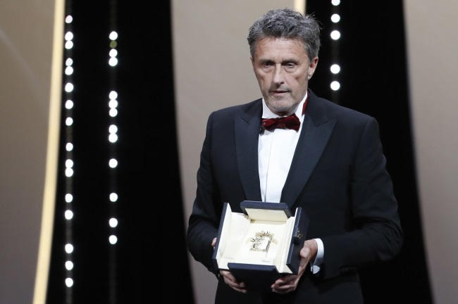 Paweł Pawlikowski accepts his Best Director award for the movie Cold War at the Cannes Film Festival. Photo: EPA/SEBASTIEN NOGIER
