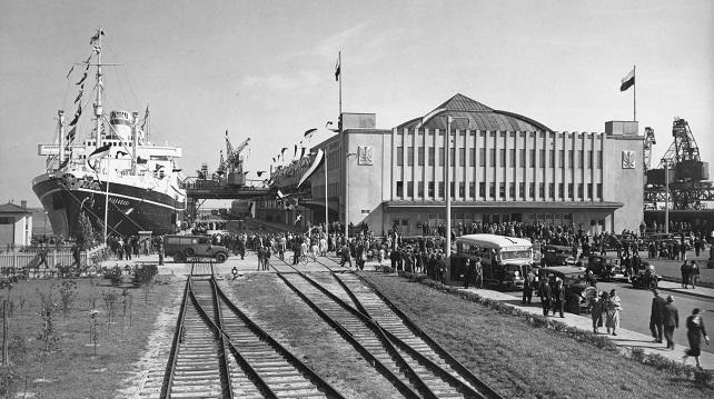 """Одним з флагманських досягнень міжвоєнної Польщі було побудова портового міста Ґдиня. На фотографії ґдинський морський вокзал з трансатлантичним лайнером """"Пілсудський"""" біля пристані (30-ті роки)"""