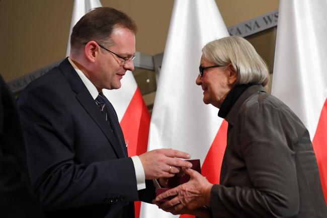Глава управления по делам ветеранов и жертв репрессий Ян Юзеф Каспшик вручает награду Ханне Бандзо