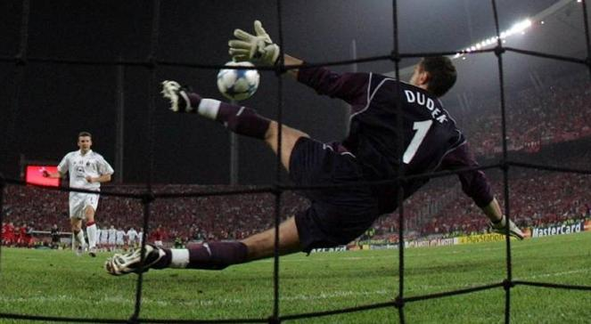 Польський воротар Єжи Дудек відбиває пенальті Андрія Шевченка у фіналі Ліги чемпіонів 2005 року між клубами Мілан та Ліверпуль