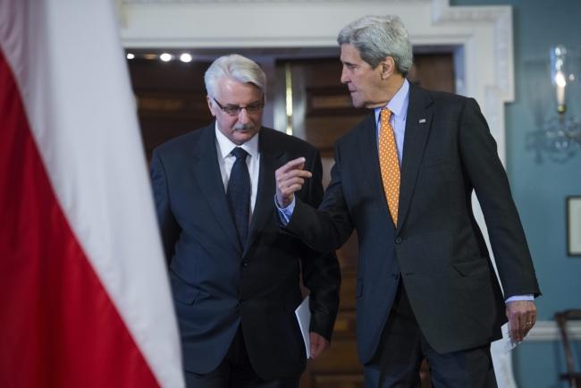Министр иностранных дел Польши Витольд Ващиковский (слева) и госсекретарь США Джон Керри (справа)