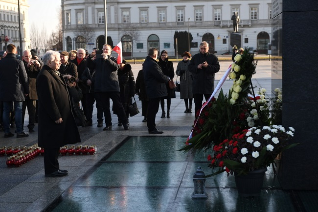 Poland's ruling party leader Jarosław Kaczyński (front) takes part in a flower-laying ceremony at Warsaw's Piłsudski Square on Sunday. Photo: PAP/Radek Pietruszka
