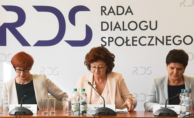 Слева направо: министр семьи, труда и социальной политики Ельжбета Рафальская, председатель Форума профсозов Дорота Гардиас, премьер-министр Беата Шидло.