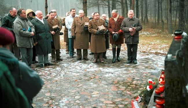 Ветераны Армии Крайовой отдают дань памяти жертвам расстрелов в Понарах (1995 год).
