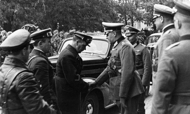 Встреча офицеров Вермахта и Красной армии в Люблине в 1939 году. Фото: HLLENTHAL/German Federal Archives