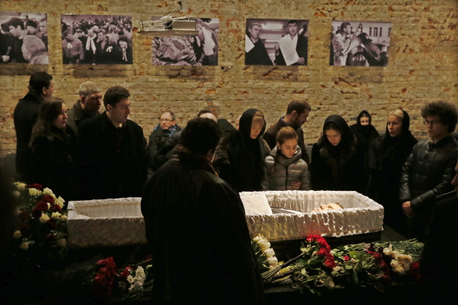 Relatives of murdered Russian opposition leader Boris Nemtsov grieve near the coffin with his body during a mourming ceremony in Moscow, Russia, 03 March 2015.  EPA/SERGEI ILNITSKY