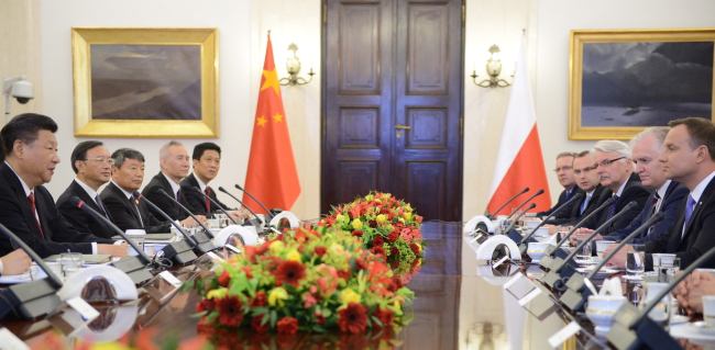 Chinese President Xi Jinping on an official visit to Warsaw. President Andrzej Duda (R) and the Chinese leader (L) attending a plenary discussion held between the two delegations in Warsaw. Photo: PAP/Jacek Turczyk