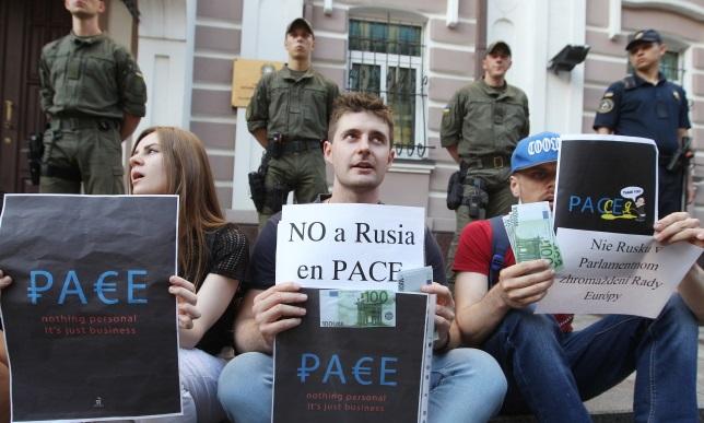 Украинские активисты выкрикивают лозунги во время митинга против возвращения России в Парламентскую ассамблею Совета Европы (ПАСЕ), перед посольством Италии, Киев