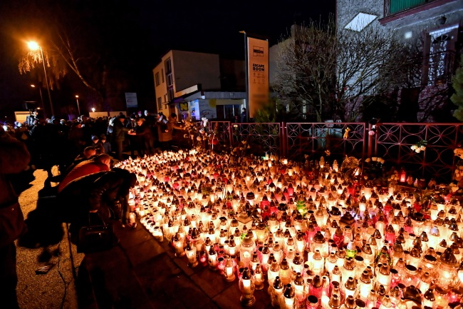 Candles and flowers at the scene of the tragedy on Sunday. Photo: PAP/Marcin Bielecki