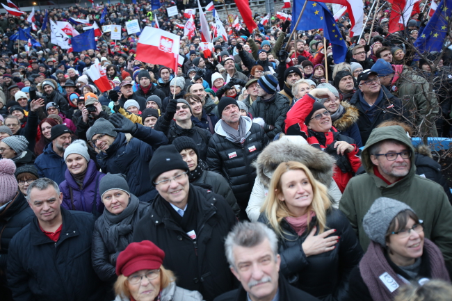 Demonstrators outside the TVP building in Warsaw. Photo: PAP/Leszek Szymański