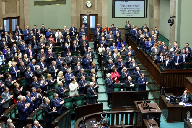 Law and Justice (PiS) MPs applaud the failure of the no-confidence motion. Photo: PAP/Paweł Supernak.
