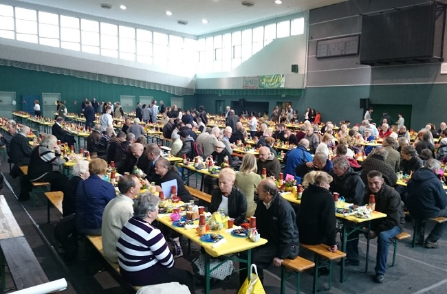 Easter Sunday breakfast for the desolate in Siemianowice Śląskie, southern Poland. Photo: Twitter.com/Bartek Wortolec.