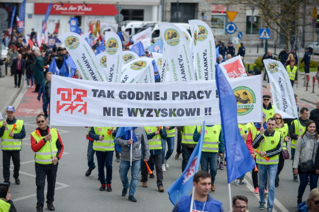 "Protesters in Warsaw carry a banner which reads: ""Yes to dignified work, no to exploitation"". Photo: PAP/Marcin Obara."