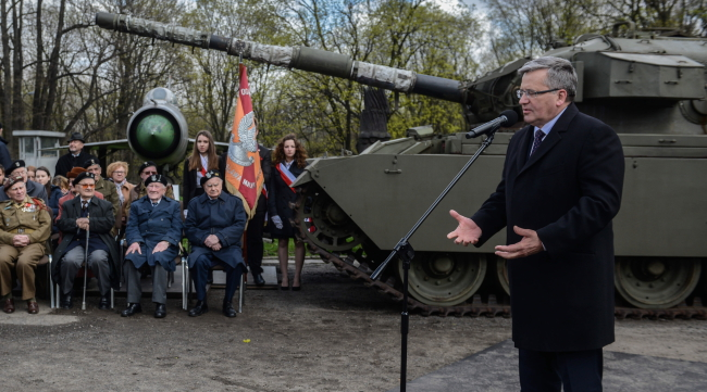 President Bronisław Komorowski speaks to veterans of the 1st Armoured Division. Photo: PAP/Jakub Kamiński