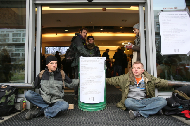 Protesters outside State Forests' headquarters. Photo: PAP/Leszek Szymański.