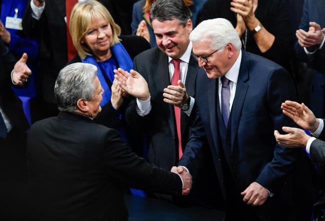 Дотеперішній президент Німеччини Йоахім Ґаук (ліворуч) вітає з перемогою  наступного президента, Франка-Вальтера Штайнмаєра (праворуч). Берлін, 12 лютого 2017 року