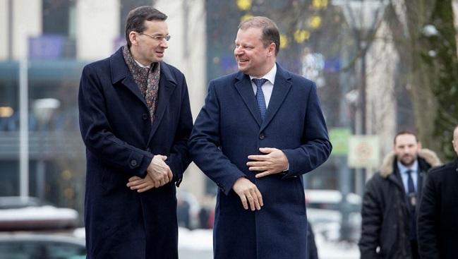 Премьер-министр Польши Матеуш Моравецкий и премьер-министр Литвы Саулюс Сквернялис