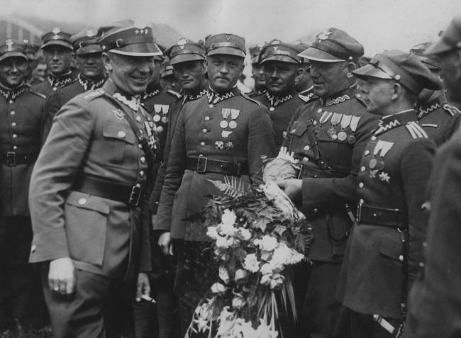Станіслаў Скаржыньскі (першы зьлева) са сваімі падначаленымі, жнівень 1933 году