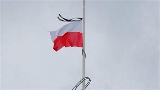 Flagi Polski i UE przed PE opuszczone do połowy masztu
