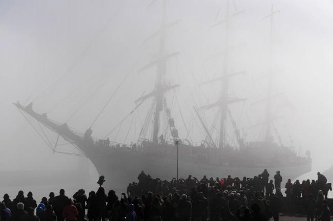 The Dar Młodzieży pulls into the northern Polish port of Gdynia on Thursday. Photo: PAP/Adam Warżawa