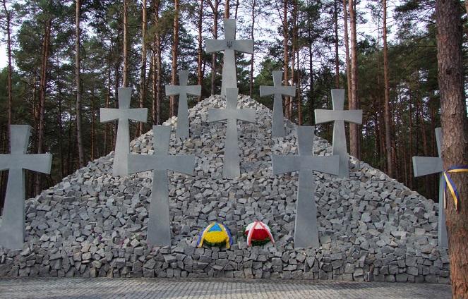 Спільна могила жертв НКВС у Національному історико-меморіальному заповіднику «Биківнянські могили» неподалік Києва