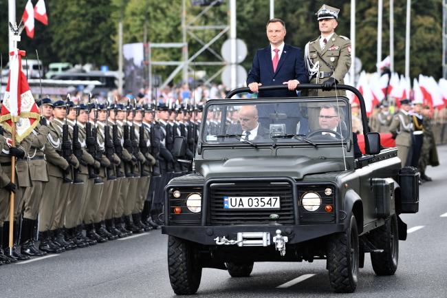 President Andrzej Duda (standing in car, left) inspects troops. Photo:  PAP/Jacek Turczyk