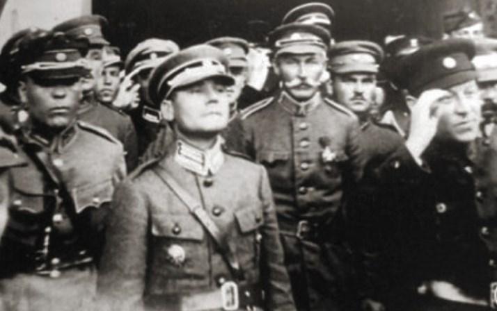Симон Петлюра та офіцери Армії УНР. Марко Безручко посередині, на передньому плані