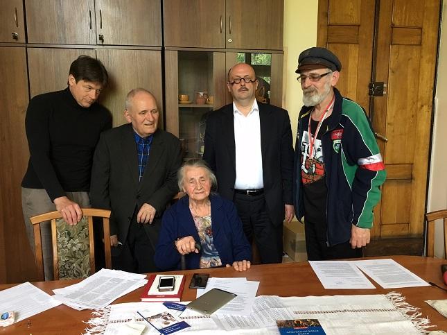 Im Warschauer 'Haus der Polonia' protestieren Stefan Hambura und vier weitere Personen gegen den ungeklärten Status der polnischen Minderheit in Deutschland.