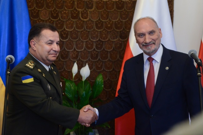 Friendly handshake: Poland's Macierewicz (right) and Ukraine's Poltorak after emerging from talks in Warsaw, Aug. 14, 2017. Photo: PAP/Jakub Kamiński