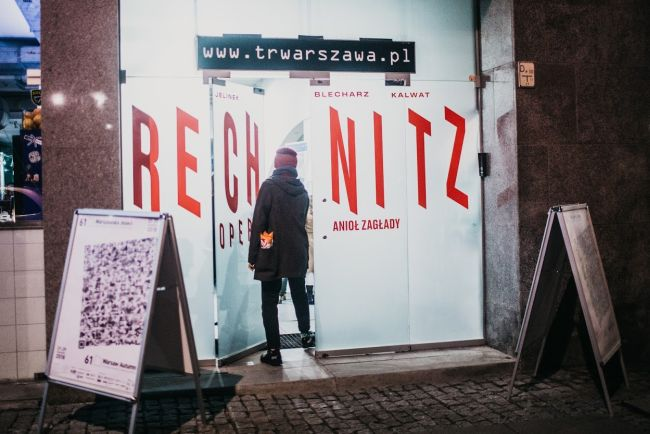 Вход в театр TR Warszawa с афишей спектакля «Рехниц-Опера (Ангел смерти») в постановке Катажины Кальват.