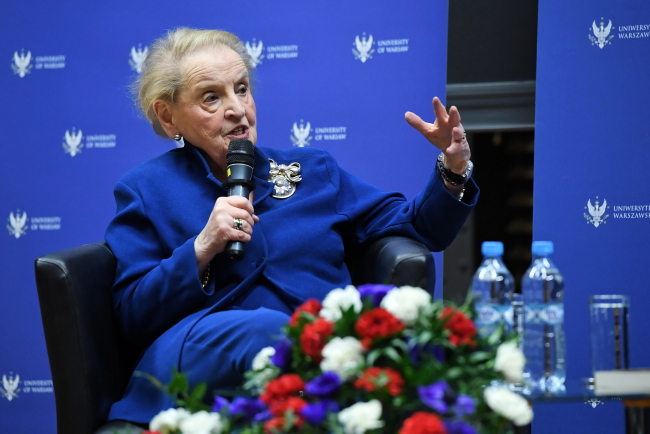 Бывший госсекретарь США Мадлен Олбрайт выступает во время встречи в Варшавском университете