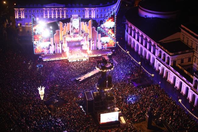 Varsovians celebrate New Year's Eve at Bankowy Square. Photo: PAP/Leszek Szymański
