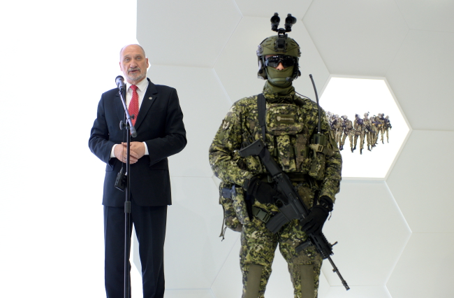 Polish Defence Minister Antoni Macierewicz and a soldier modelling the Grot assault rifle. Photo: PAP/Piotr Polak.