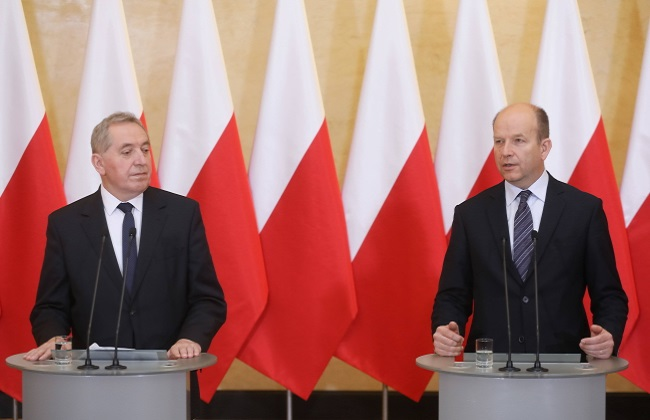 Government Standing Committee head Henryk Kowalczyk (left) and Health Minister Konstanty Radzwiłł at a press conference in Warsaw on Thursday. Photo: PAP/Paweł Supernak