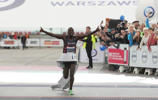 Kenyan runner Omullo Ezekiel was the first to cross the finishing line. Photo: PAP/Leszek Szymański