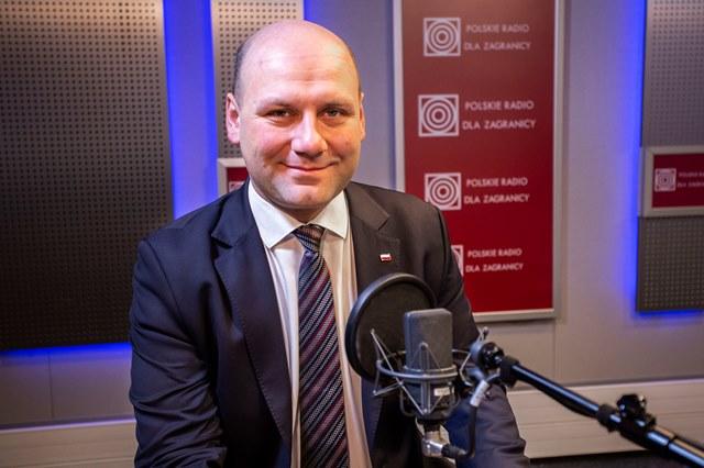Szymon Szynkowski vel Sęk, sekretarz stanu w MSZ, w studiu Polskiego Radia dla Zagranicy.   Foto: Łukasz Kowalski/Polskie Radio