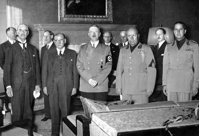 Падчас падпісаньня Мюнхенскага пагадненьня. Злева направа: Чэмберлен, Даладзье, Гітлер, Мусаліні і Чыяна