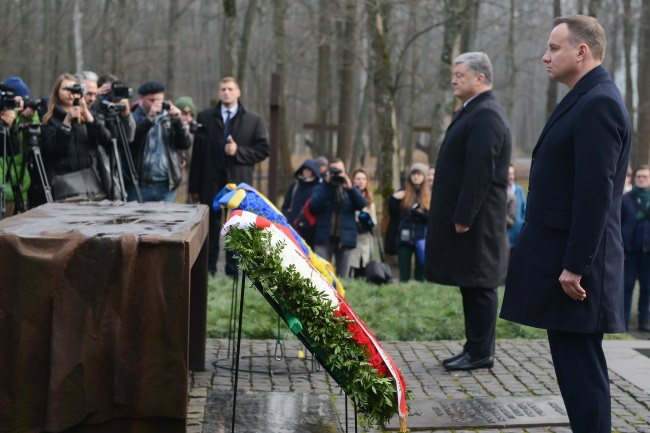 Polish President Andrzej Duda (right) and his Ukrainian counterpart Petro Poroszenko during ceremonies at the Cemetery of Victims of Totalitarianism in the Ukrainian city of Kharkiv on Wednesday. Photo: PAP/Jakub Kamiński