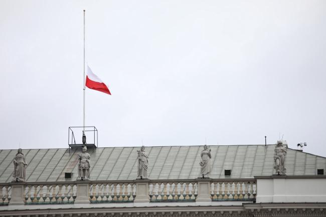 Приспущенный флаг на Президентском дворце в Варшаве в связи с национальным трауром.