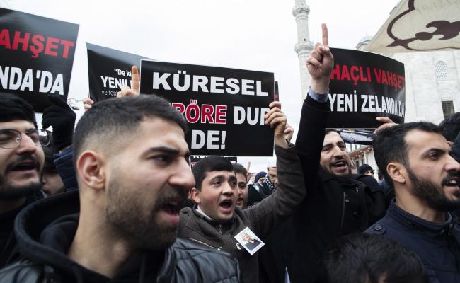 """Турки держат плакаты с надписями """"Остановим глобальный террор"""" и """"Варварство крестоносцев в Новой Зеландии"""" и выкрикивают лозунги во время демонстрации после массовой стрельбы в Крайстчерче"""