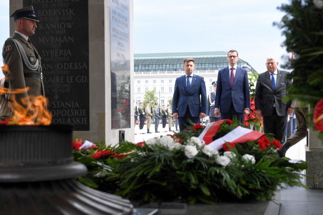 Prime Minister Mateusz Morawiecki (centre) at the Tomb of the Unknown Soldier. Photo: PAP/Jacek Turczyk