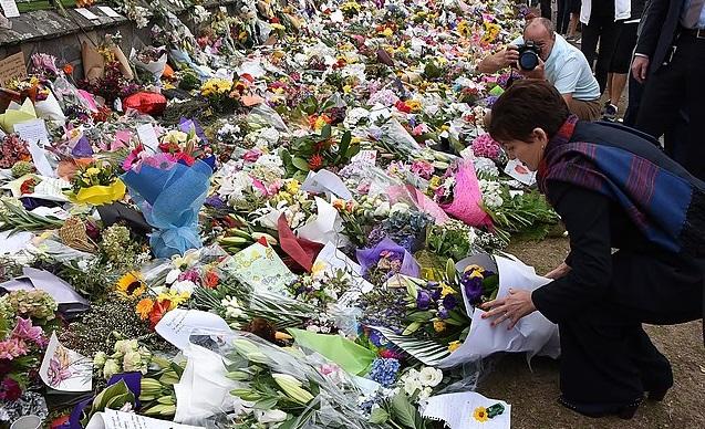 Генерал-губернатор Новой Зеландии Пэтси Редди возлагает цветы в Крайстчерче