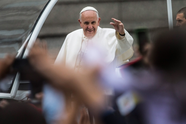 Pope Francis waves to the crowd from the popemobile during a parade on his way to celebrate Sunday Mass at Benjamin Franklin Parkway in Philadelphia, USA, 27 September 2015. EPA/ANDREW BURTON