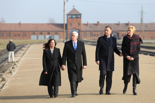 Mike Pence, (second left), Andrzej Duda (second right) and their wives visit Auschwitz. Photo: PAP/Andrzej Grygiel