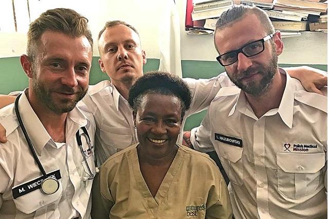 Polscy wolontariusze na Haiti, pierwszy z lewej Michał Wieczorek