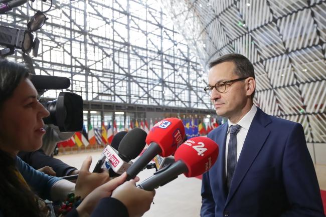 Премьер-министр Польши Матеуш Моравецкий перед саммитом ЕС встретился с журналистами
