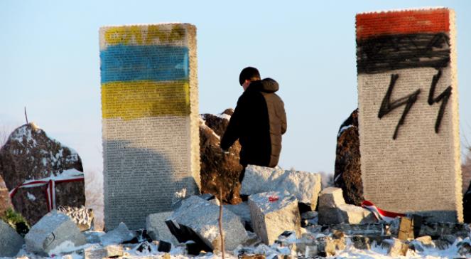 Zdewastowany pomnik upamiętniający Polaków zamordowanych w 1944 r. przez SS-Galizien i UPA