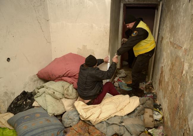 Municipal police in Przemyśl, south eastern Poland, help a homeless man. Photo: PAP/Darek Delmanowicz
