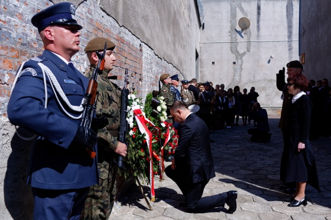 President Andrzej Duda (centre) lays a wreath in tribute to war hero Witold Pilecki at the Wall of Death in the former Rakowiecka Prison in Warsaw on Friday. Photo: PAP/Adam Guz